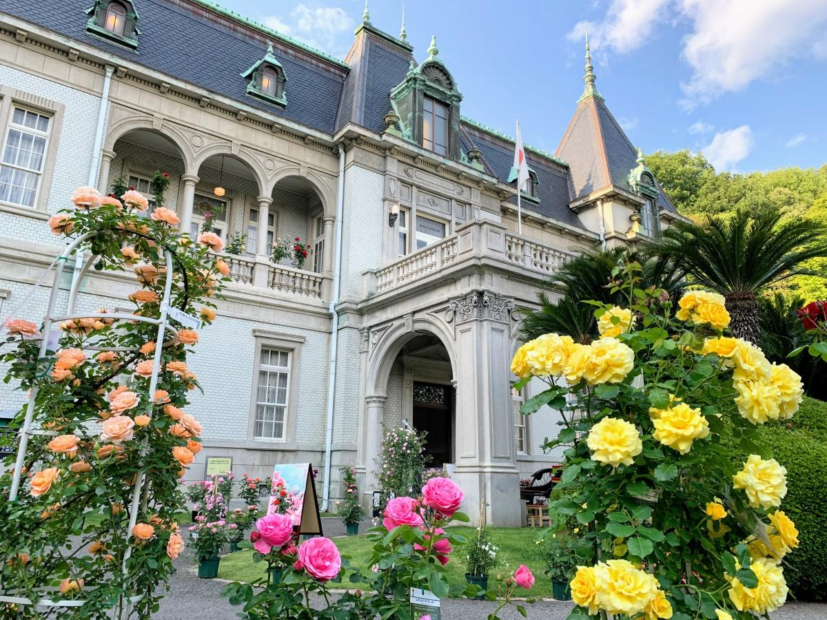 バラ展が開催されている、国指定重要文化財の萬翠荘