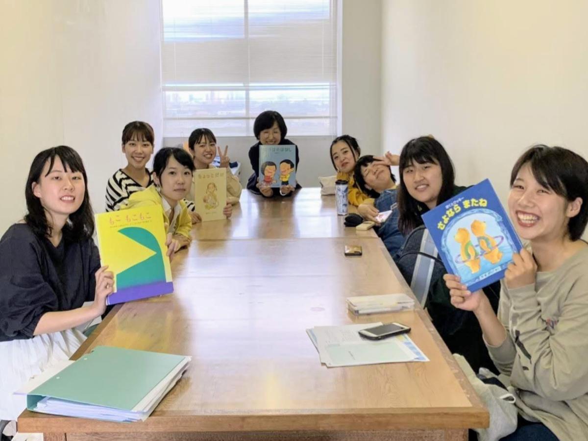 第1回講師、心理子ども学科の影浦紀子准教授(奥)とゼミの学生