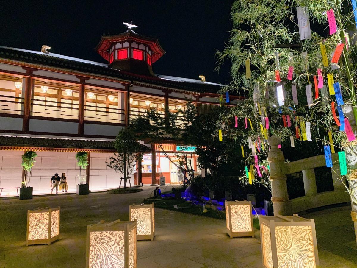 七夕飾りと、齋藤宏之さんの作品「ギルディング和紙」あんどんを設置したライトアップの様子