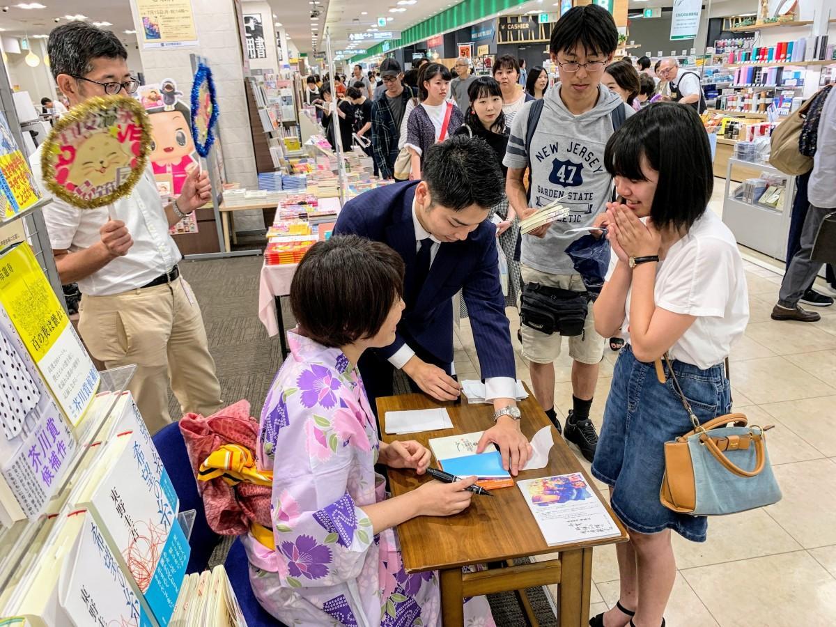 7月15日にいよてつ高島屋7階の紀伊國屋書店で開催されたサイン会の様子