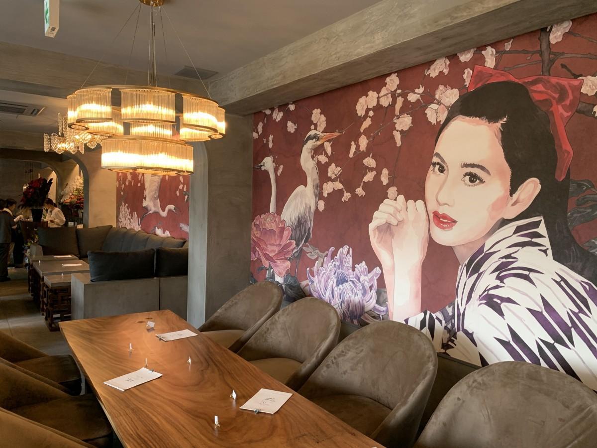 マドンナと白鷺の壁画が印象的な店内の様子