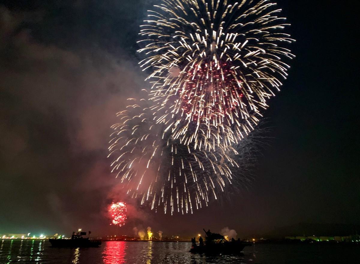 第69回松山港まつり 三津浜花火大会の様子(三津浜沖海上より撮影)