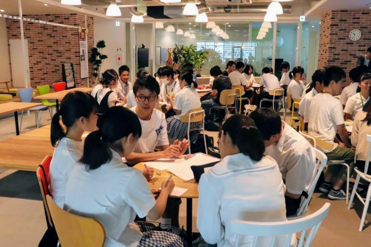 グループで課題に取り組む「地域未来創造塾」参加者の高校生