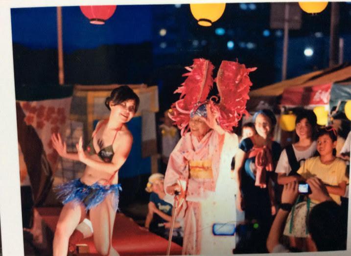 2018年に優勝を飾った「三津のミス珍子」ことキャンベルさんと祖母のシゲノさん