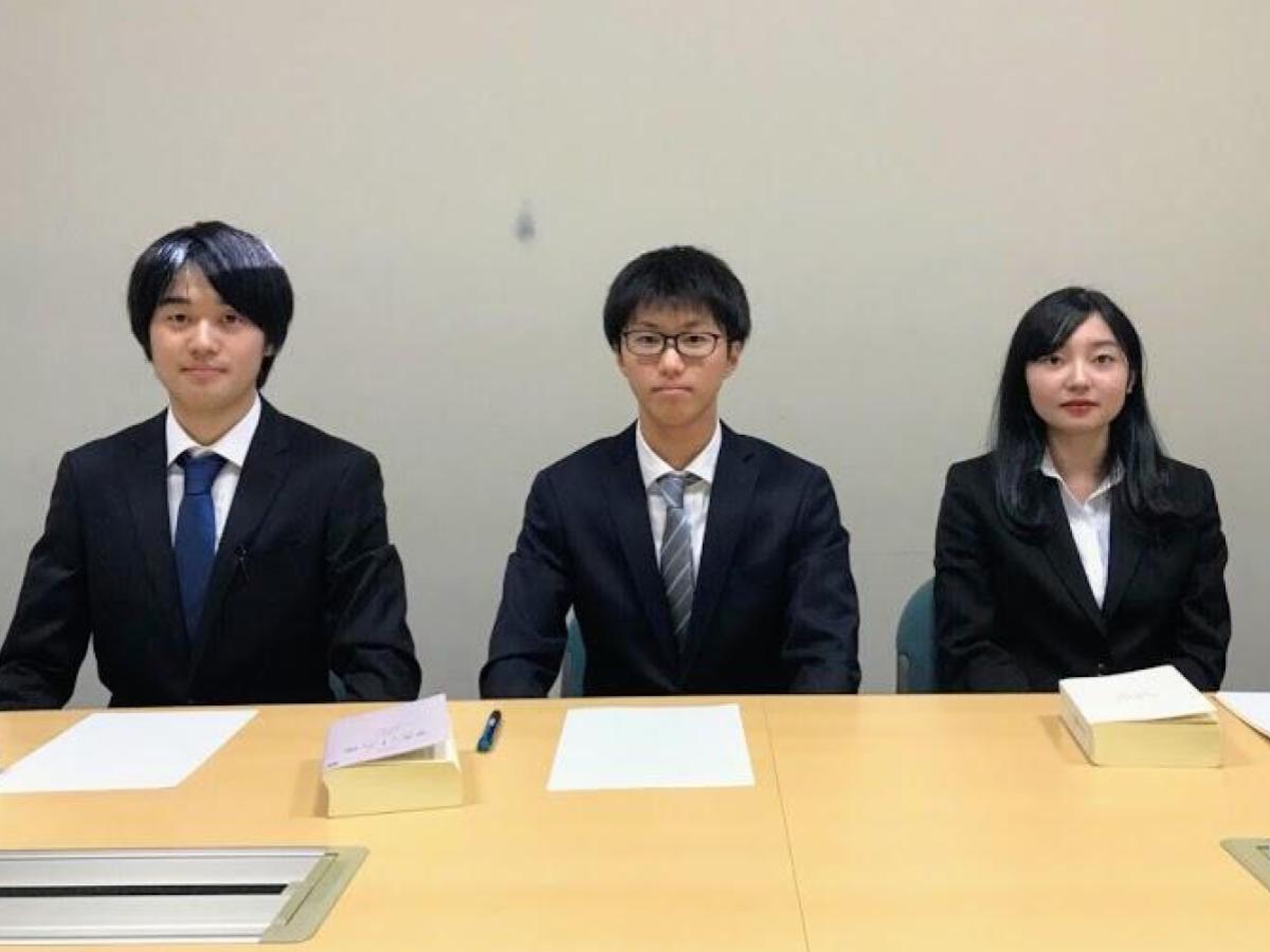 移動法律相談会に参加する、同志社大学法学研究会の学生