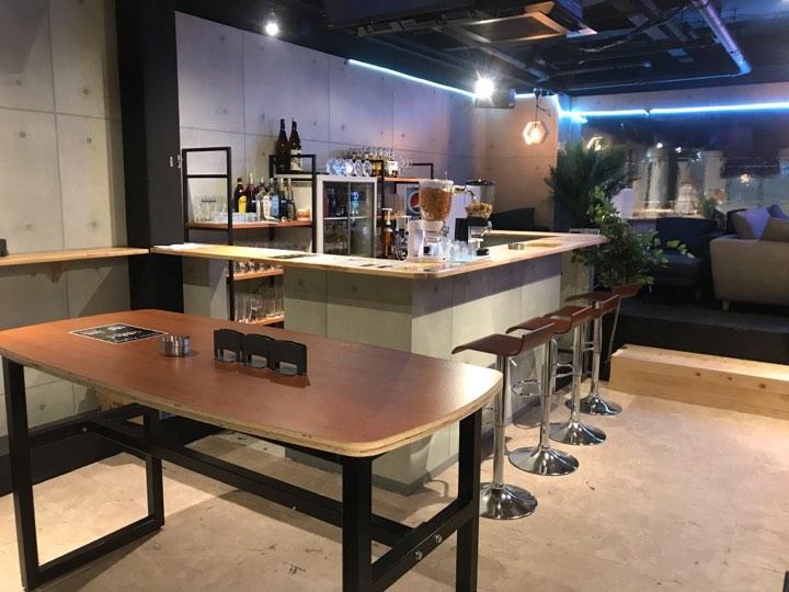 バイトアプリ「CONET」と連携し、新たな「つながり」を生む場所として松山市二番町に開店した「Standing Bar 500」