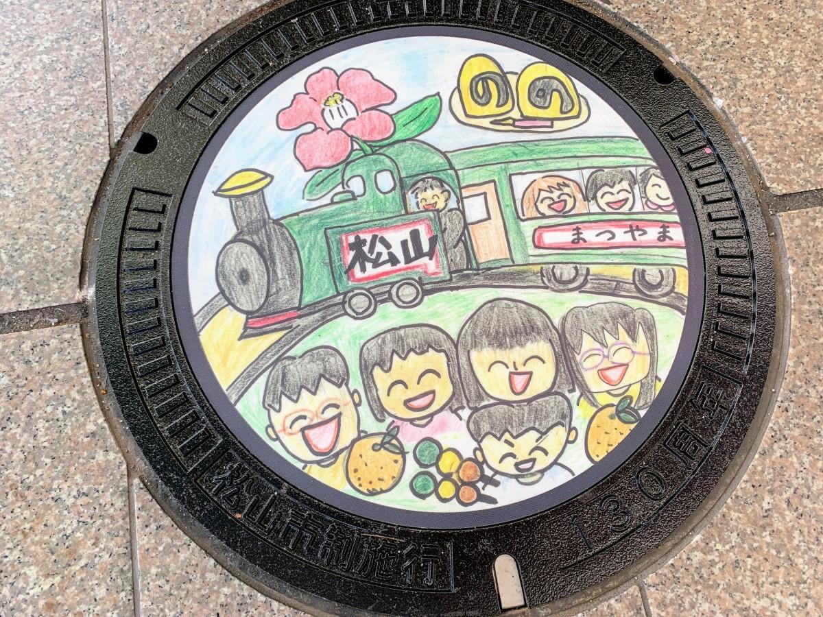 銀天街に設置された安倍由花子さん(小学5年生)デザインのマンホール蓋