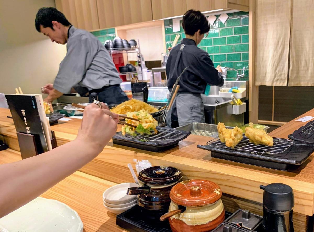 カウンター越しに揚げたてを提供する「天ぷら・ご天」