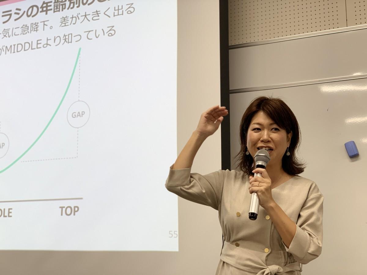 デジタルリテラシーの年齢差について話す、講師の粟生万琴さん