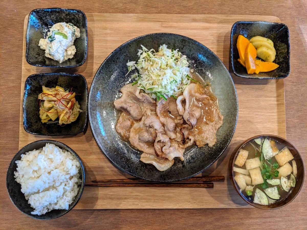 ボリューム満点で人気の「お肉定食」(ちょっと洋風にも感じる創作味付けの「豚肉の生姜焼き」)