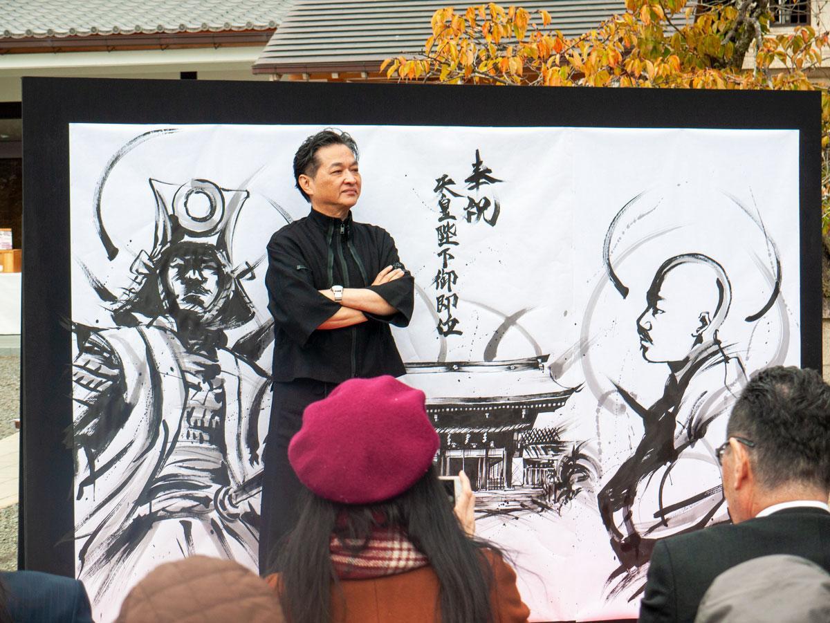 茂本ヒデキチさんによる墨絵ライブペイントの様子