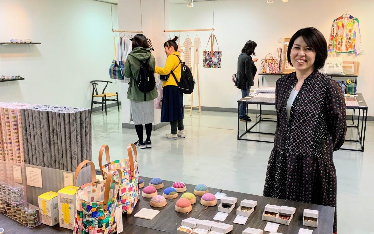 ギャラリー「リブ・アート」で開催中の「a lot of OPTiONS」 2020コレクション展とデザイナーの和泉明子さん
