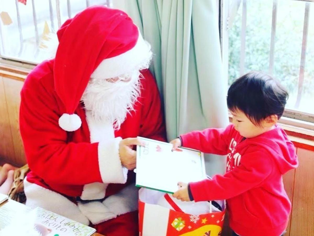 子どもたちに絵本のプレゼントを届ける「ブックサンタ」