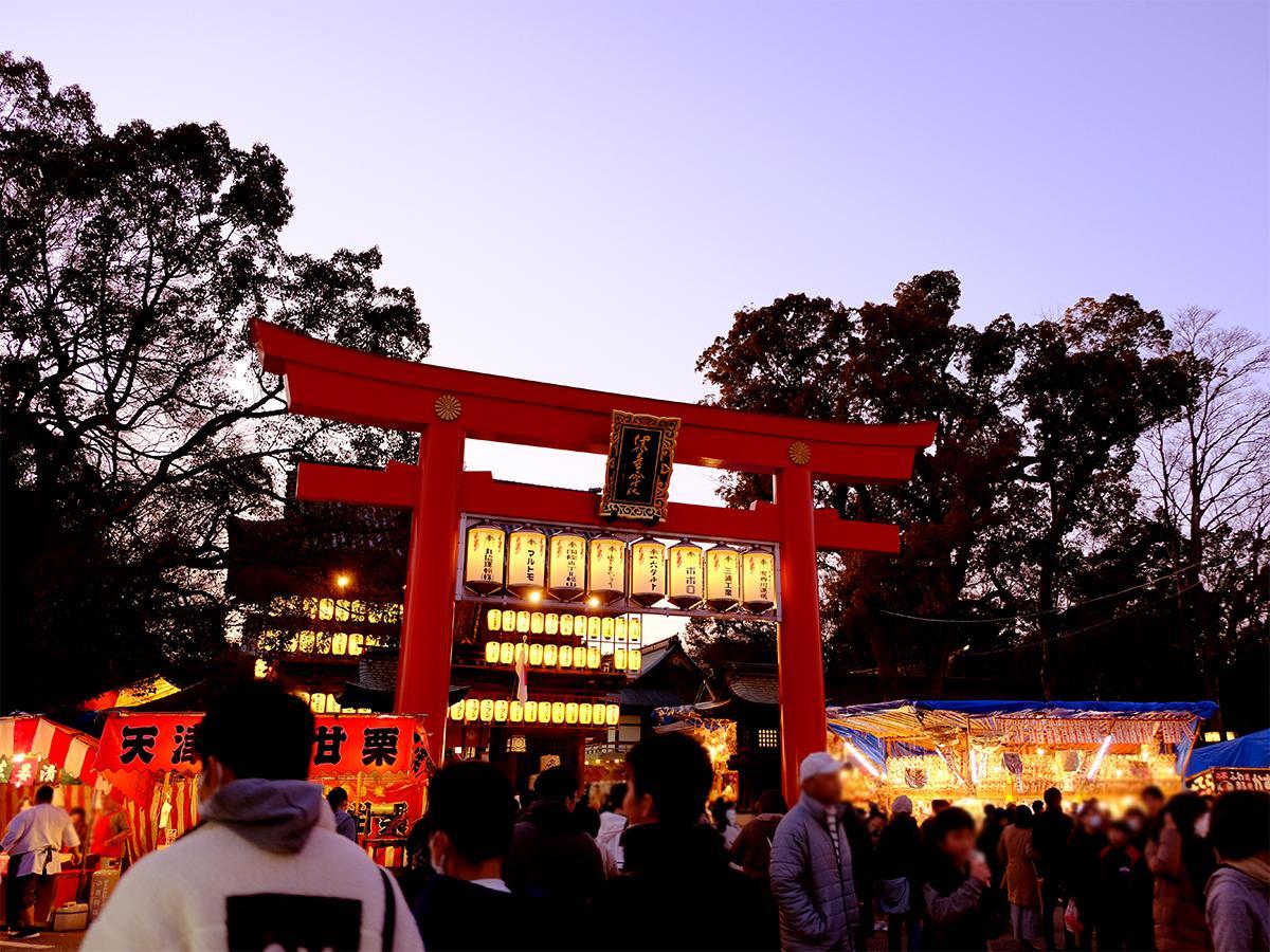 多くの人が行き交う、椿神社境内入り口の大鳥居前