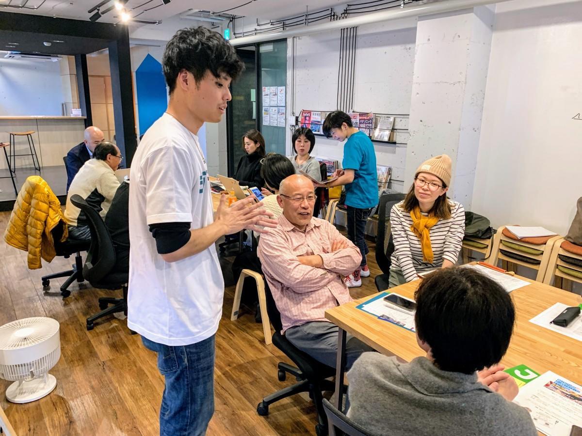 松山市で開催された「ジンドゥー AI ビルダー」のハンズオンセミナーで、ユーザーの質問に答える講師の佐藤さん