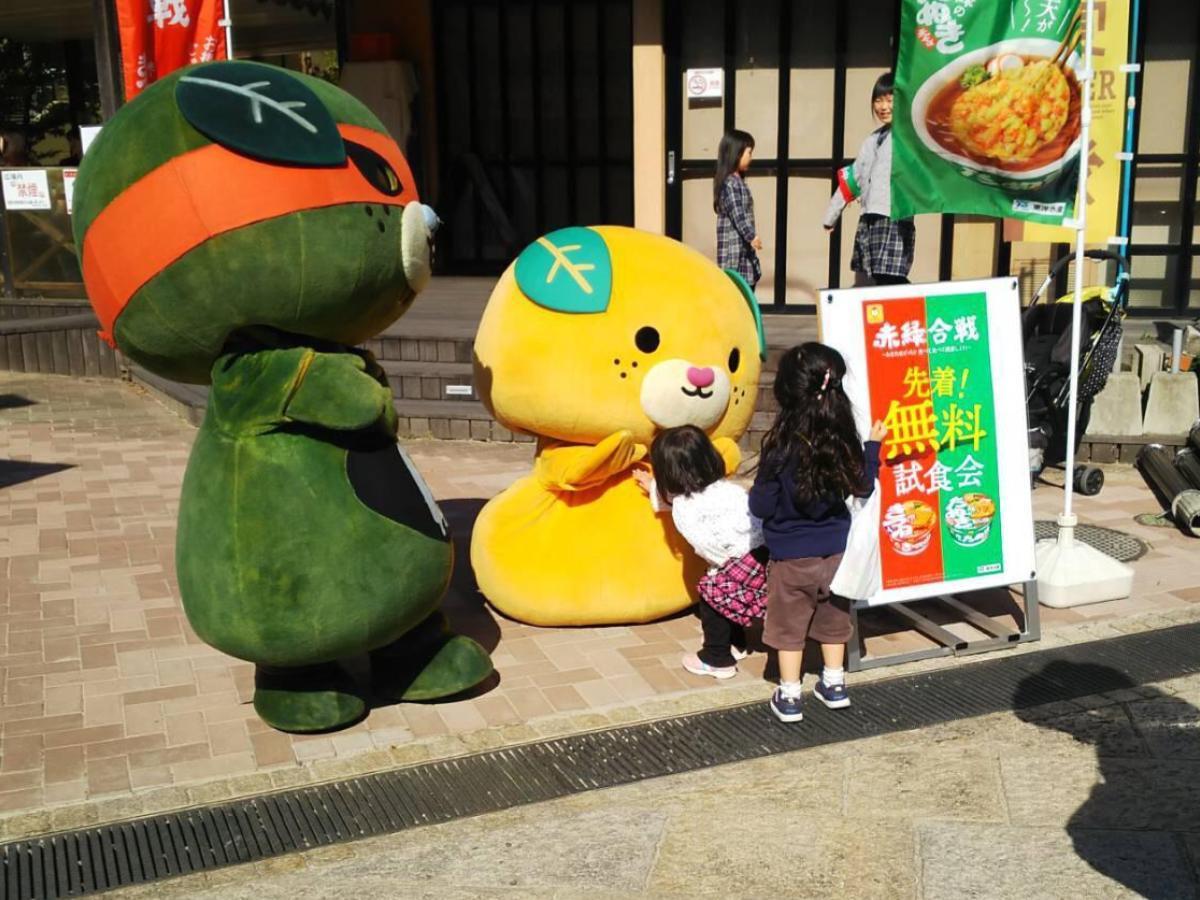 「道後温泉前 坊っちゃん広場」で昨年11月に行われた、「赤いきつねと緑のたぬき、食べ比べイベント」の様子