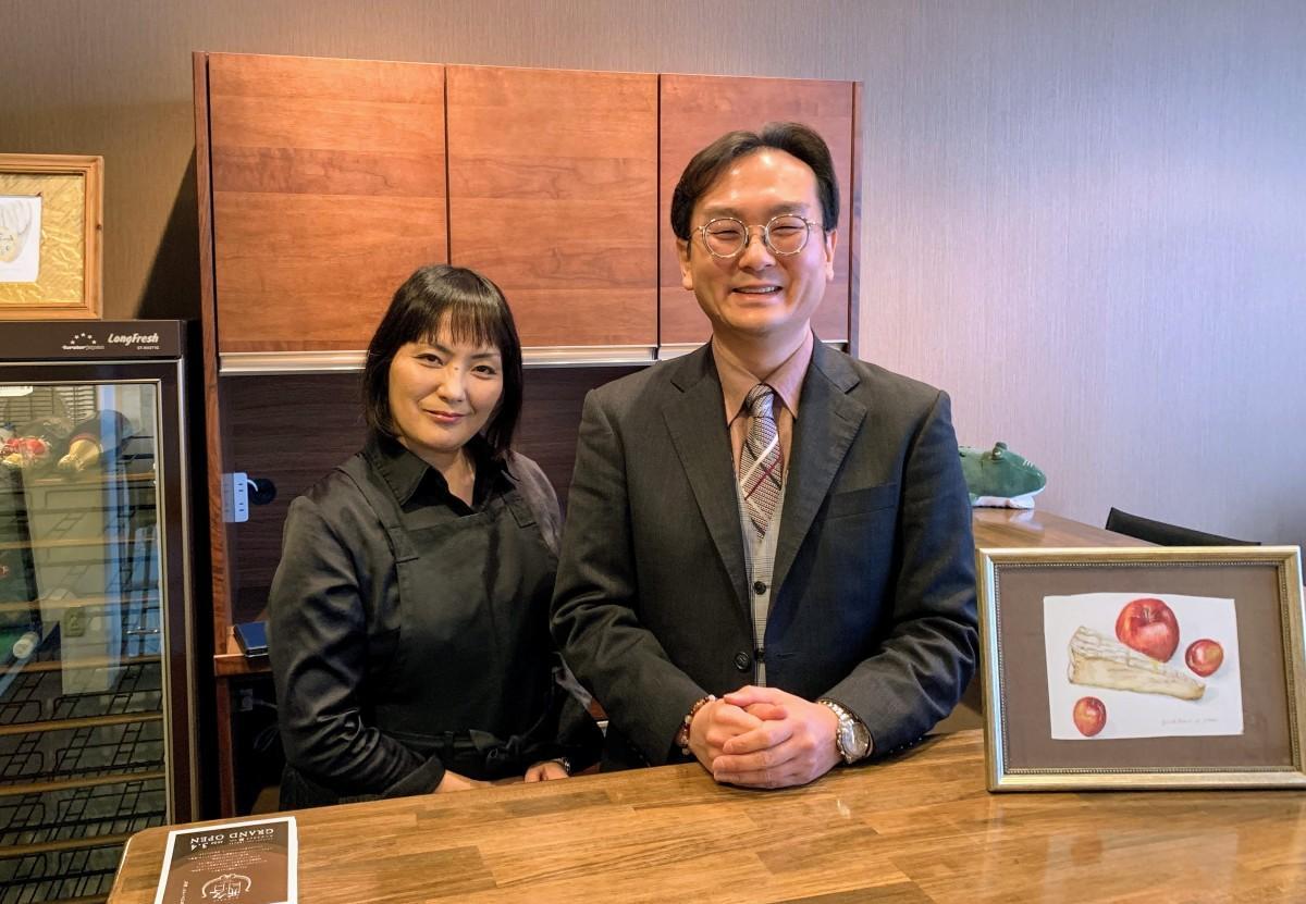 オープン間近の「チーズストール 酪 RAKU」店内カウンターで、店長の平井さん(左)と、経営者の瀧山さん(右)