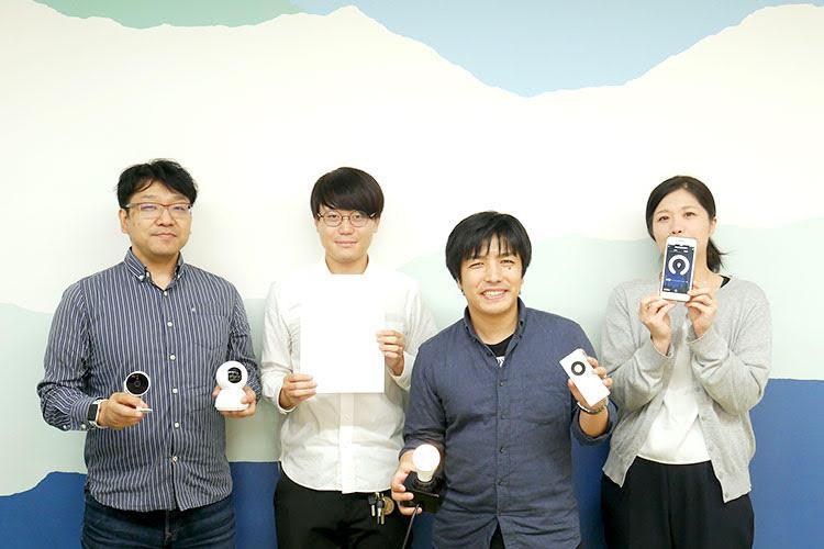 新しく開発した「TOLIGO」ブランドの製品を手にする、日昇「IoTグループ」の社員4名