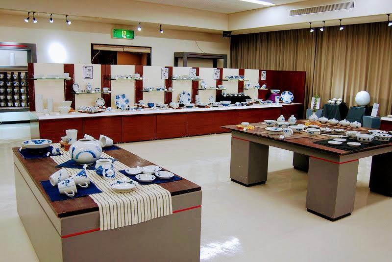 第12期砥部焼陶芸塾修了展会場の様子。山﨑さんと矢野さんの作品が並ぶ。