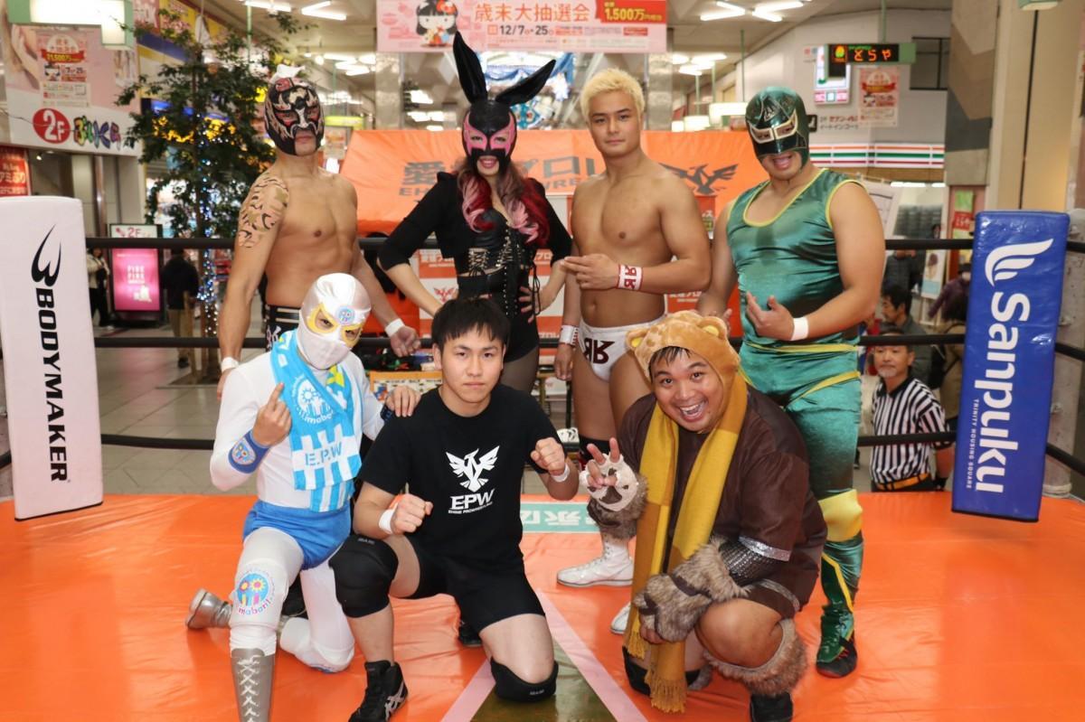 愛媛プロレスの選手ら 後列左から二番目は、代表のキューティエリー・ザ・エヒメさん(松山市の大街道商店街で開催されたイベントで撮影)