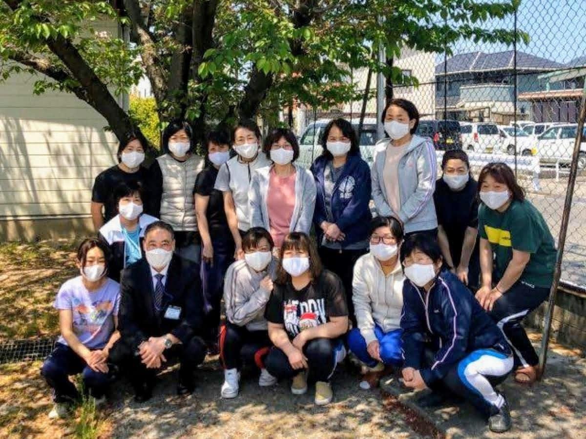 手作りマスク約130枚を小学校に寄贈した「ポークビーンズとゆかいな仲間たち」メンバーら