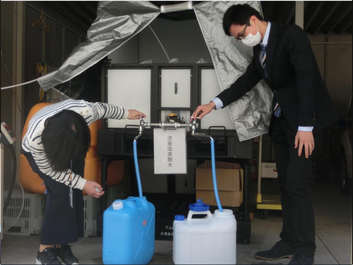 松山市に無償貸与された次亜塩素酸水(酸性電解水)生成器を利用する、市内の小中学校教諭ら