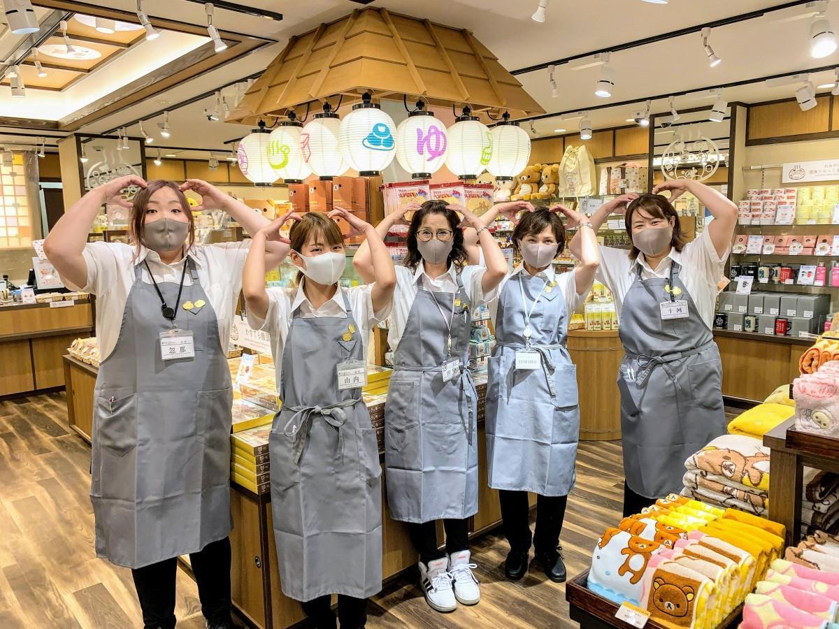 「おみやげどころ道後りらっくまの湯」の店内でオープンに向け笑顔を見せるスタッフら