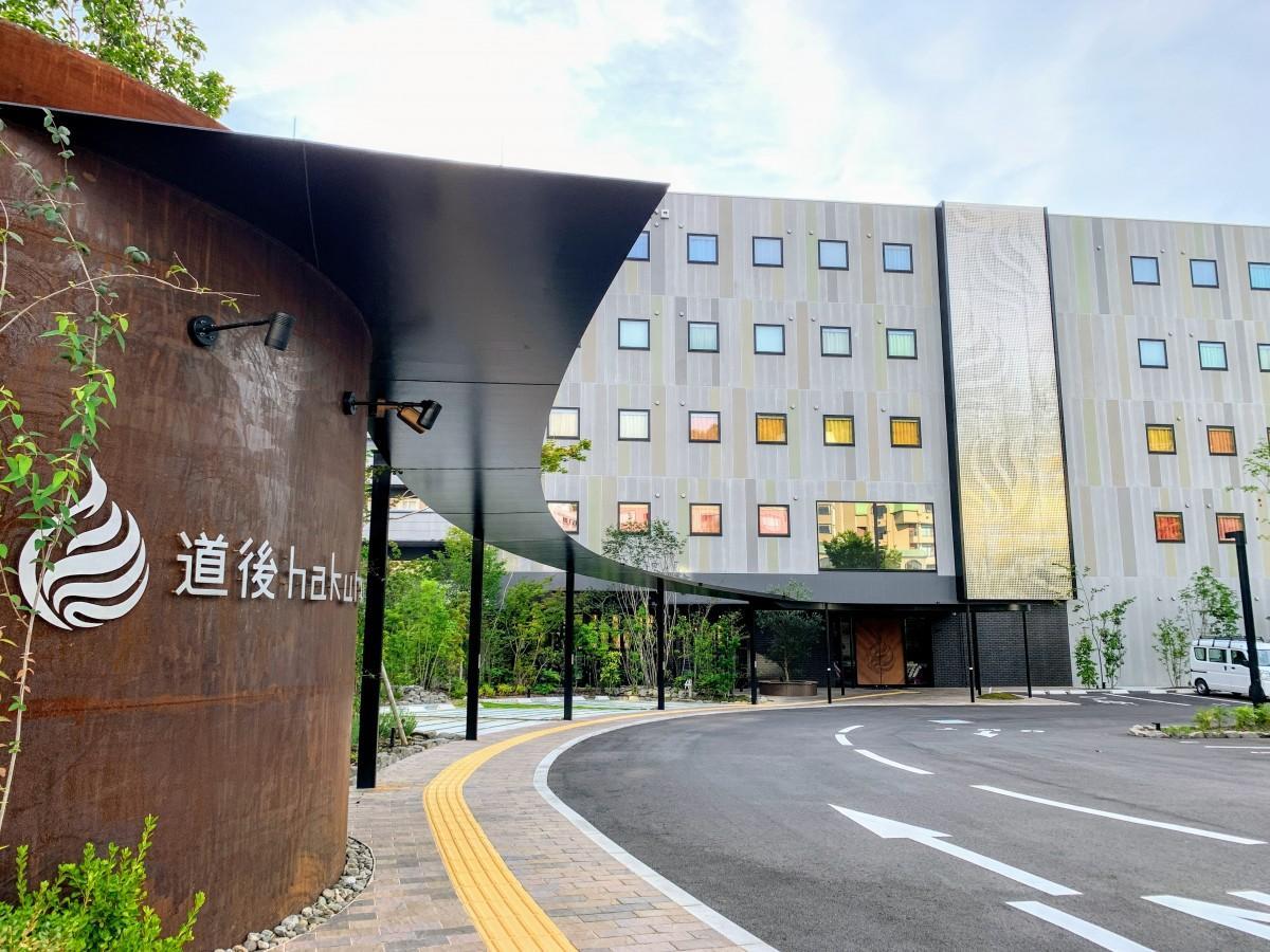 7月15日にオープンした「道後hakuro」、駐車場には緑の木々が葉を茂らせる