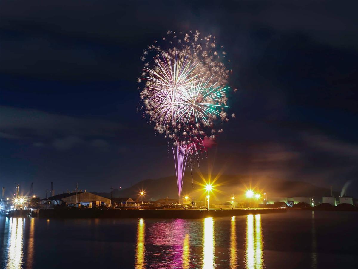 7月26日に松山市三津浜港で打ち上げられた「Cheer up! ・悪疫退散サプライズ花火」の様子(写真提供=高橋浩さん)