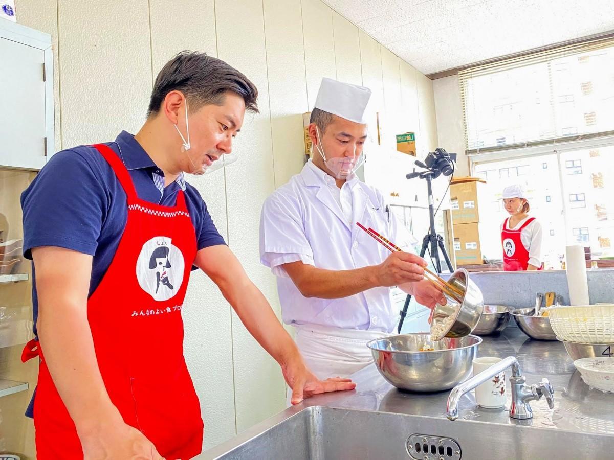 オンライン講座ではだか麦を活用した和食献立の調理実演を行う澤田さん