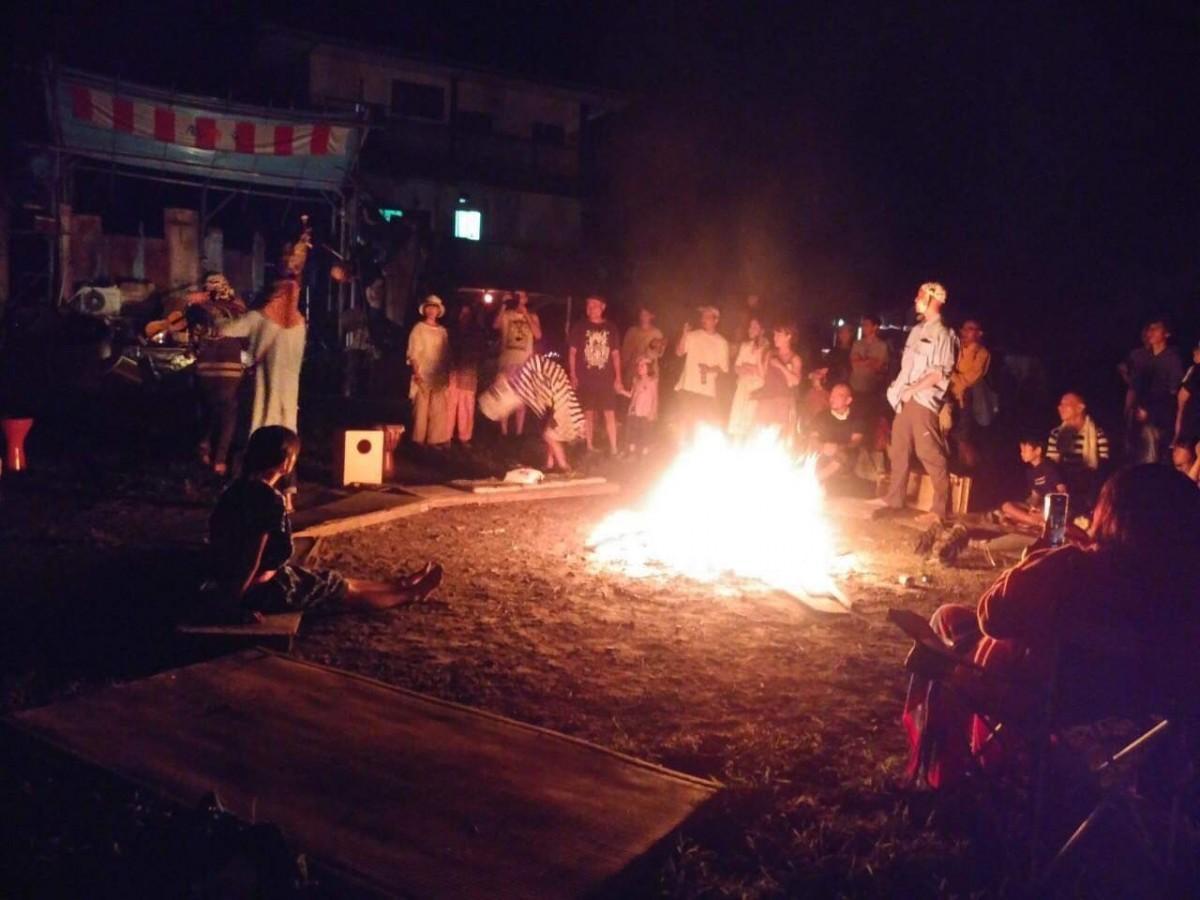 昨年、酒樽村(東温市山之内)で行われた野外フェス「鈍光」の様子