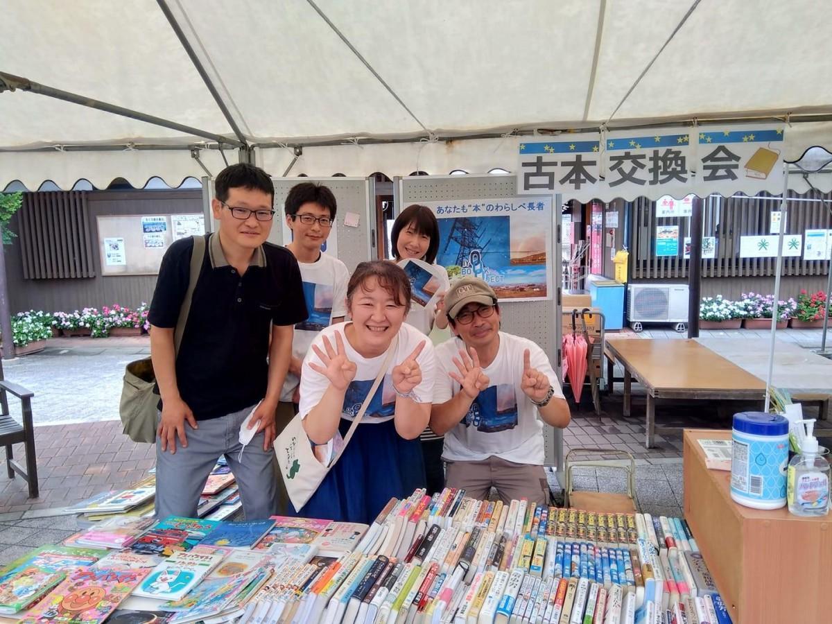 9月12日に開催された「第3回古本交換会」の様子。前列中央が主催の岡田有利子さん