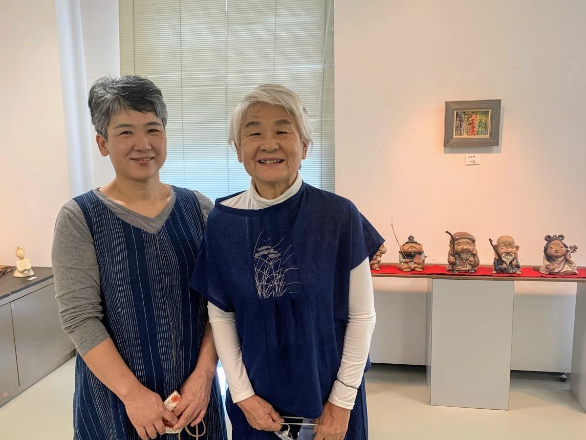 親子展を開催中の武田小都さん(左)と藤原紅鯉さん(右)