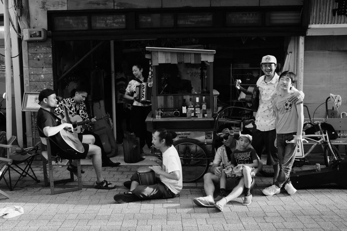 「橋の上GIG」の出演アーティストら(音楽のある街の日常@三津浜/写真提供=okino takaaki)
