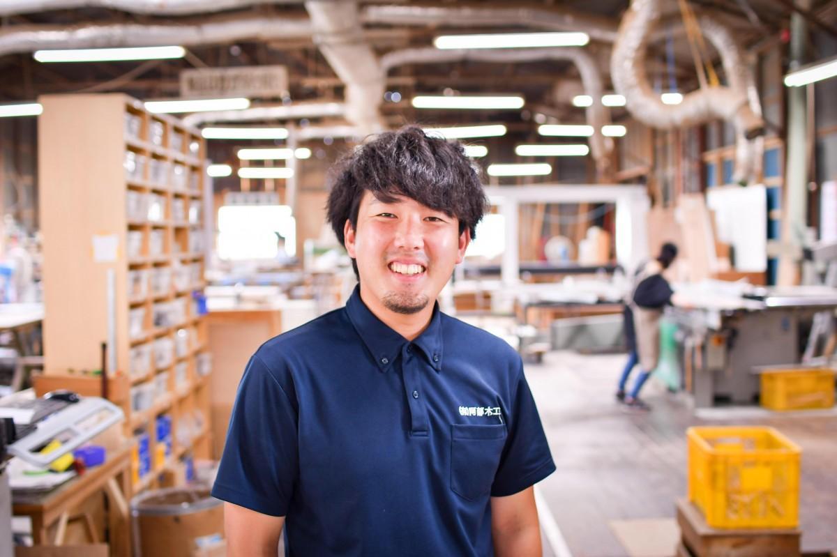 DIY工房として活用する工場スペースで、阿部木工4代目社長の阿部祥太さん。