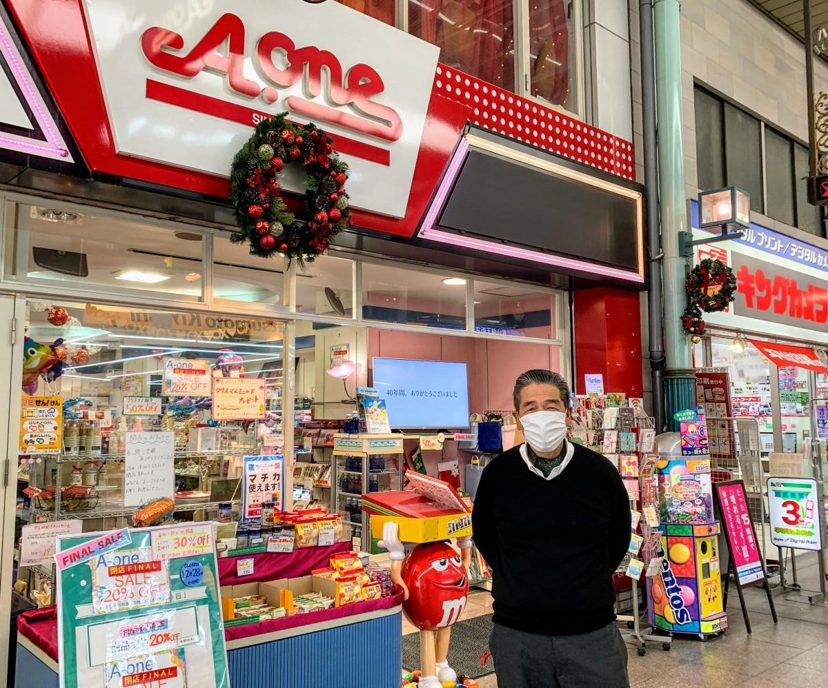 ファイナルセールでにぎわう「A-one」店頭で社長の田中さん