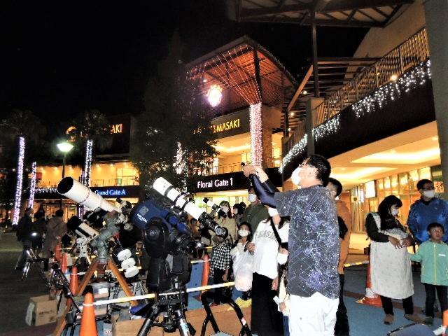 エミフルMASAKIで愛媛星空キャラバン隊が開いた観望会の様子