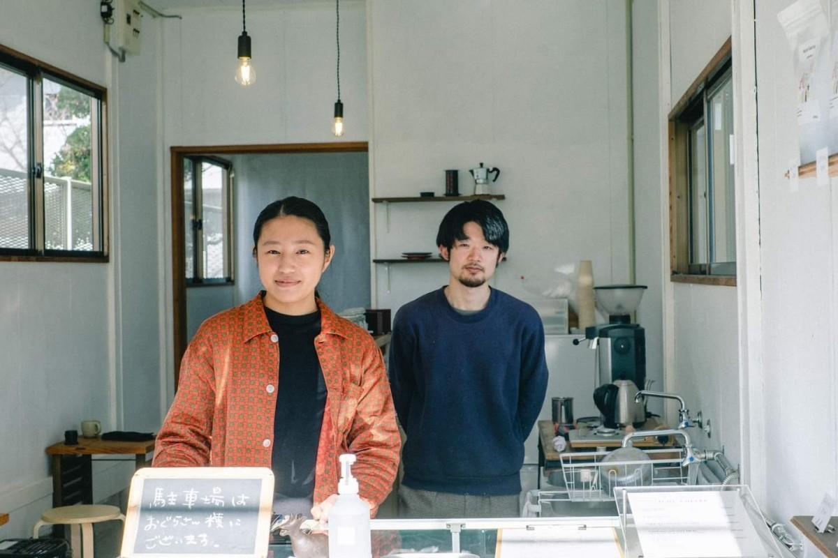 1月20日に移転オープンした「イコイコーヒー」で、店主の中島さん(左)と佐々木さん(右)