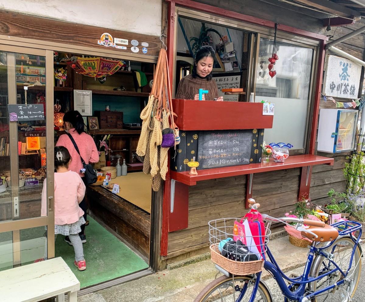 リニューアルオープンした三津の地球直売所「茶舗・デ・ラ・ムジカ」を訪れる子どもたち