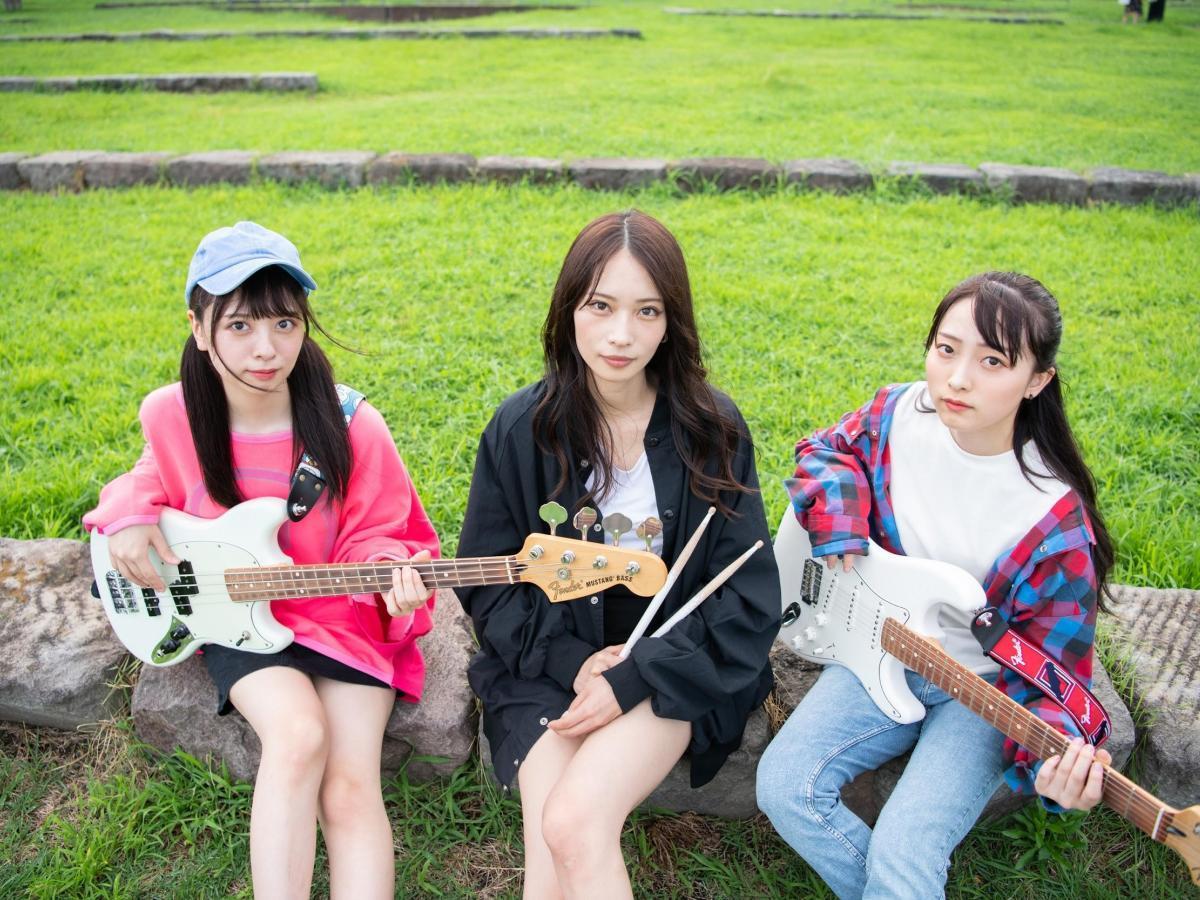 「きみとバンド」メンバー。(左から)ベース&ボーカル担当の大野ひまりさん、ドラムスの大野真依さん、ギター&ボーカルの清原梨央さん