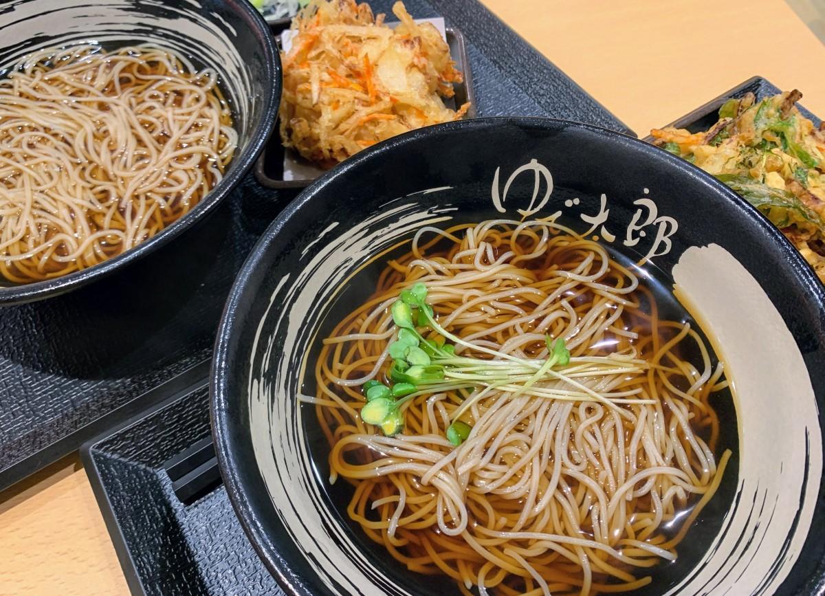 ゆで太郎松山北吉田店で、全国に先駆けて提供している季節メニュー「小柱と水菜のかきあげそば」(写真手前)