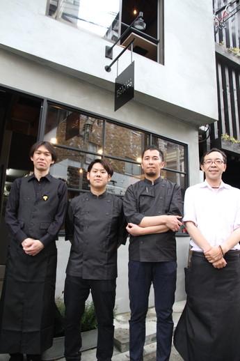 店主の山本雅也さん(右)とスタッフ