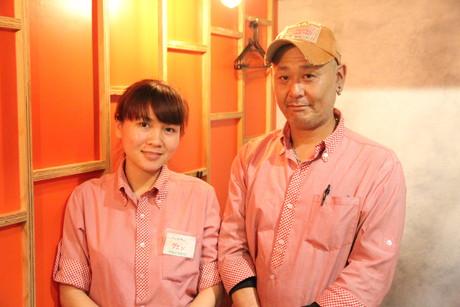 店長の柳沢浩基さん(右)と、留学生スタッフのグエンさん(左)