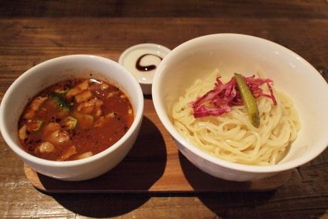 特製の辛味調味料でコクのあるスープのヌードル「チリトマト」(950円)