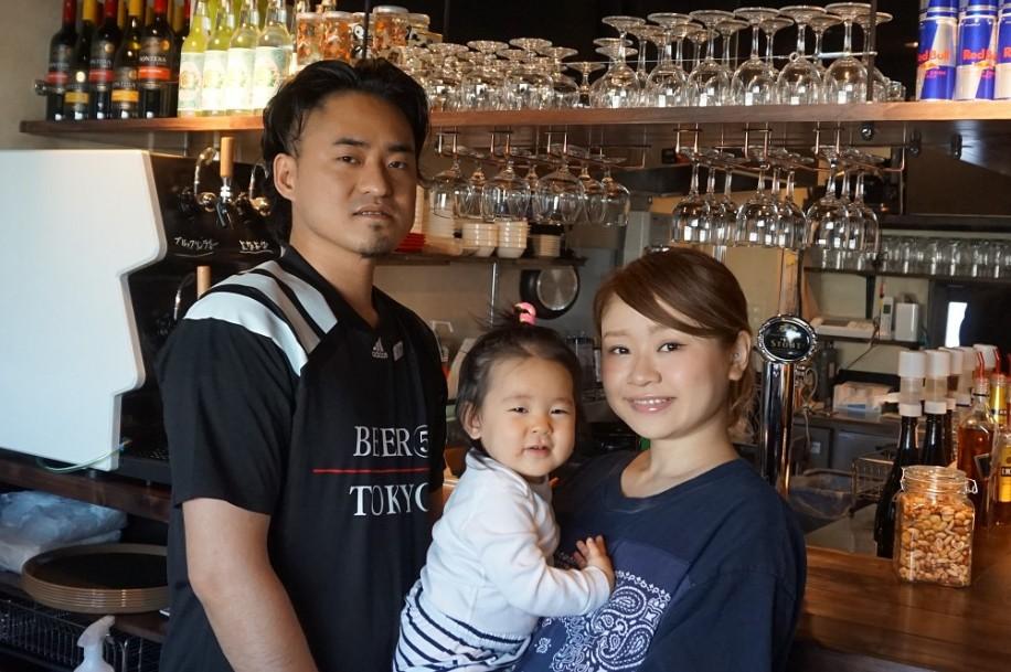 「ビア・ファイブ・トーキョー」店主の川田桃さん(右)と家族