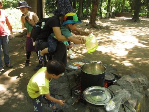 自分たちで作ることで、野菜を食べられるようになったとの声も。駒場野公園で自然遊び体験「駒場プレーパークを作る会」