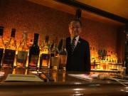 店主の橋口孝司さん。元ホテルバーテンダーで、多数の著書を持つお酒と燻製の専門家