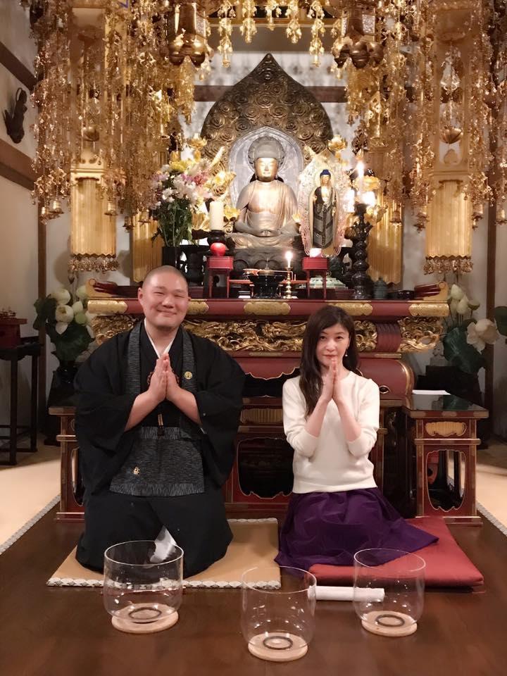 副住職、吉田龍雄さんとクリスタルボウル奏者の萩原薫さん