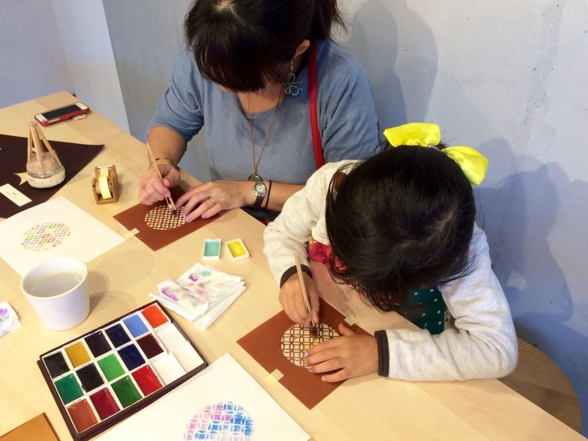 伊勢型紙で型染めをして和紙の絵はがきをつくる親子