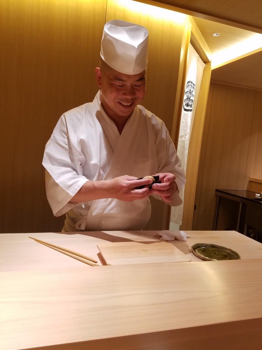 「鮨さいとう」出身で、同店の料理長を務める丸山真琴さん